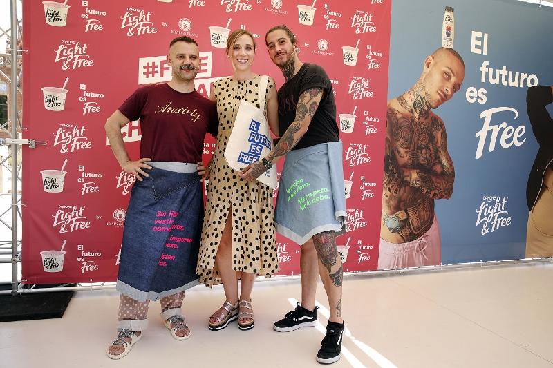 De izquierda a derecha, Ángel Vilda, diseñador Brain&Beas;  Maria Chiara Marchetti, brand manager de Light&Free; y Benji Verdes, poeta urbano e influencer