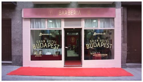 Una barbería efímera promociona la última película de Wes Anderson