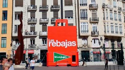 5c6e6151621 El Corte Inglés saca a la calle su bolsa gigante de las rebajas ...